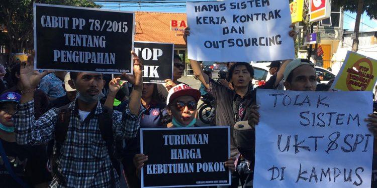 Ratusan massa yang tergabung dalam Gerakan Buruh Bali Bersatu melakukan aksi di depan Kantor Gubernur Bali.Foto: Istimewa