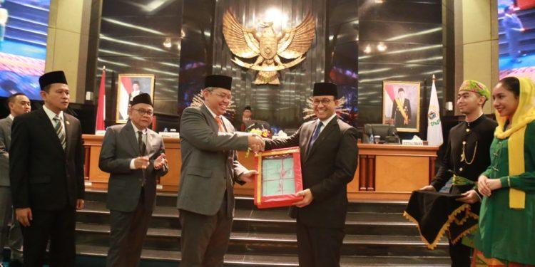 Gubernur DKI Jakarta, Anies Baswedan, saat menerima penghargaan di Ruang Paripurna DPRD Provinsi DKI Jakarta, Senin (24/6). Foto: Istimewa