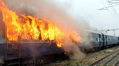Akibat tabung gas meledak sebuah kereta api di Pakistan ikut terbakar dan menewaskan 10 penumpangnya. Foto: Hindustantimes