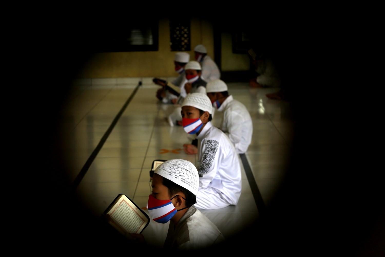 Santri Al Kautsar membaca Al Qur'an dengan menjaga jarak untuk mencegah penyebaran virus corona  di Masjid Daarul Qur 'an, Cibinong, Bogor, Jawa Barat, Jum'at (8/5). Agensi Anadolu/Eko Siswono Toyudho